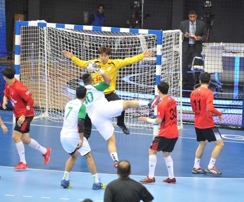 사우디아라비아와 경기에서 슛을 막는 한국 골키퍼 이창우.