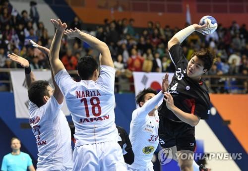 일본 전에서 슛을 던지는 강탄.