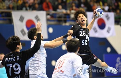 일본 전에서 슛을 던지는 김진영
