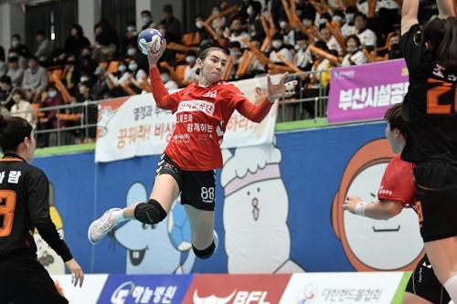 14일 SK와 경기에서 슛을 던지는 부산시설공단 류바.