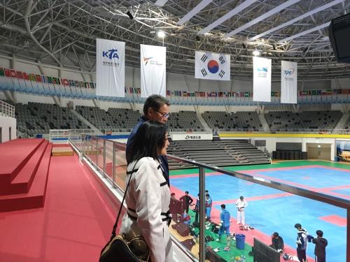 태권도원 T1 경기장을 둘러보는 미국 태권도 대표팀 감독(앞)과 협회 사무총장.
