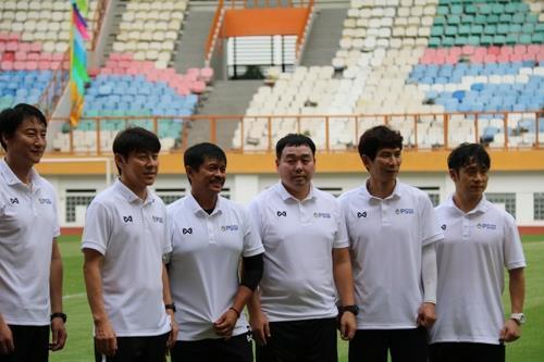 인도네시아 신태용 감독과 코치들, 1월 첫 훈련 모습