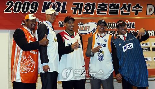 2009년 2월 KBL 귀화 혼혈 선수 드래프트에서 선발된 전태풍(맨 오른쪽)