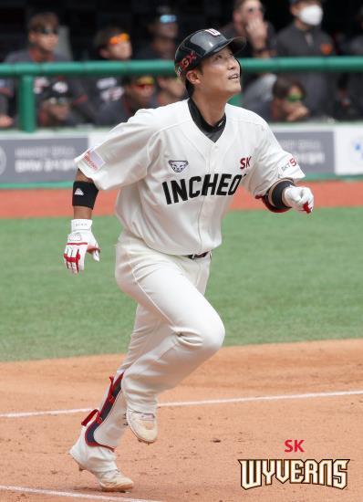 SK 와이번스로 이적해 2경기 연속 홈런을 친 이흥련