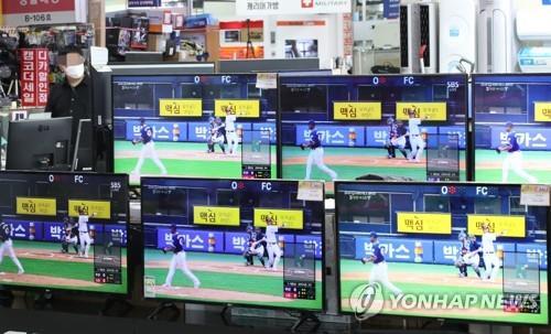 시즌 개막일의 용산전자상가 TV 판매장