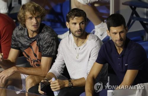 지난주 아드리아 투어 1차 대회에서 나란히 앉은 디미트로프(흰색 상의)와 조코비치(오른쪽).