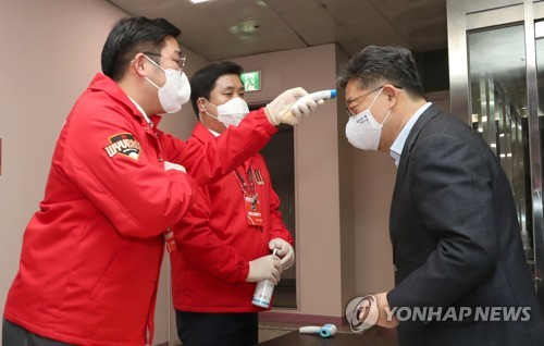 발열 검사하는 박양우 장관