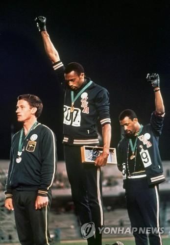 멕시코 올림픽 당시 정치적 제스처로 쫓겨난 토미 스미스(가운데)와 존 카를로스