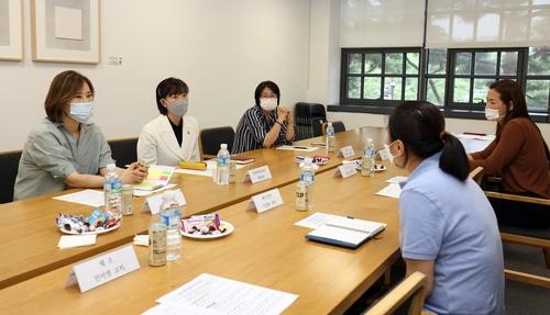 여성 국가대표 지도자들과 환담하는 최윤희 문화체육관광부 제2차관(왼쪽 가운데).