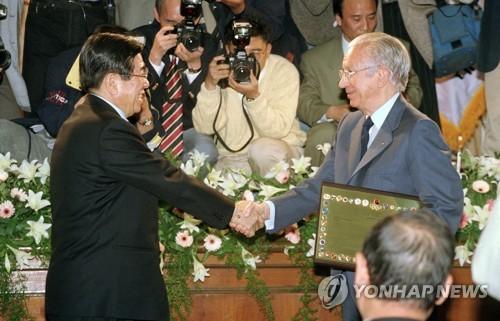 김운용 전 IOC 부위원장과 사마란치 전 IOC 위원장의 생전 모습.