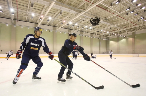 진천선수촌에서 한국 남자 아이스하키 대표팀 훈련 돕는 샘 킴