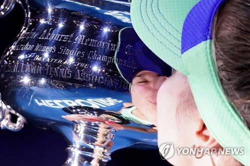 올해 초 열린 호주오픈에서 여자 단식 우승자 소피아 케닌이 우승 트로피에 입 맞추는 모습