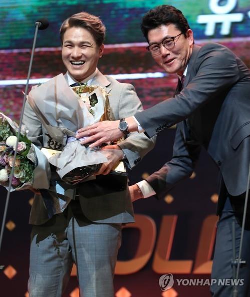 골든글러브 받은 KIA 김선빈에게 꽃다발 건네는 김민호 코치