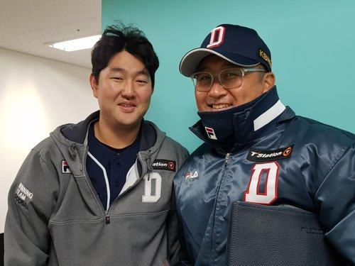 두산 배터리 코치 시절 조인성 코치(오른쪽)