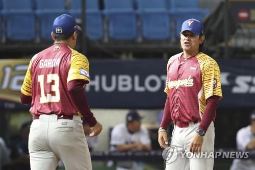 베네수엘라 대표팀 감독을 지낸 카를로스 수베로 신임 한화 이글스 감독(오른쪽)
