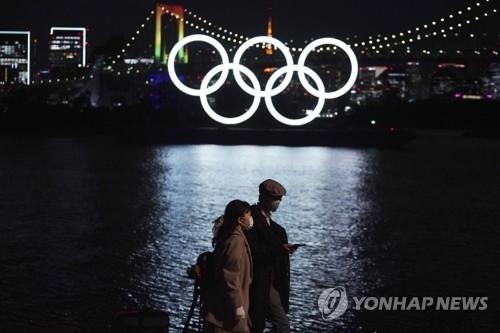도쿄올림픽 오륜기 조형물과 사람들