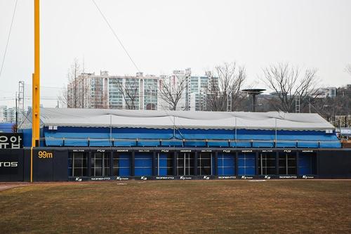 광주기아챔피언스필드 3루 외야 불펜 위에 천막을 덮은 KIA 타이거즈
