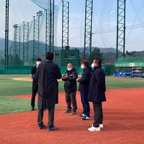 경남 거제 하청스포츠타운을 답사한 정민철(왼쪽 등 보이는 이) 단장과 한화 직원들