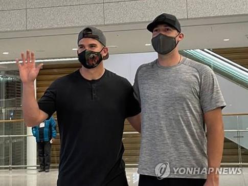 포즈 취하는 한화 이글스 새 외국인 선수들