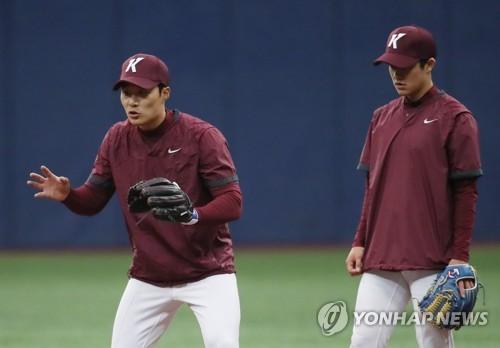 지난해 3월 고척스카이돔에서 훈련에 열중하는 김하성(왼쪽)