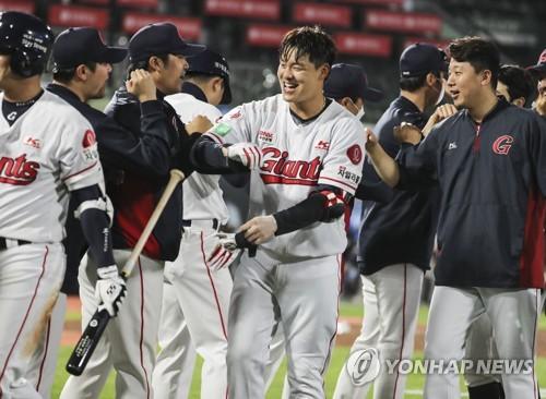 지난해 5월 13일 사직 두산-롯데전에서 끝내기 홈런을 터트린 민병헌