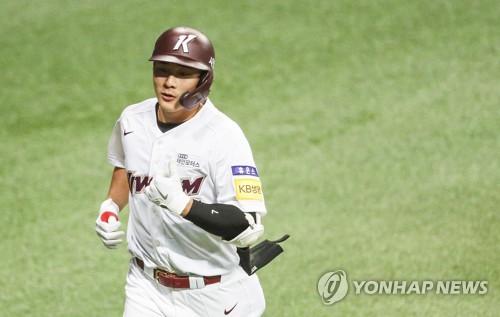 지난해 7월 키움과 NC의 경기에서 역전 홈런을 치고 엄지를 들어 올리며 더그아웃으로 향하는 김하성.